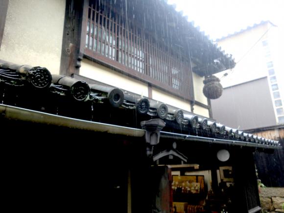 「保命酒」という薬用酒の造り酒屋。下がっているのは杉玉という酒蔵のシンボル。