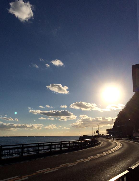 久し振りに出かけた逗子海岸。冬は空がきれい。