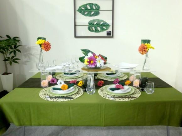 タイトル失念…グリーンのクロスと食卓の花のカラフルさの対比が好き
