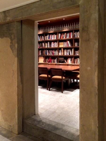 ホテル内の土蔵の中は図書室