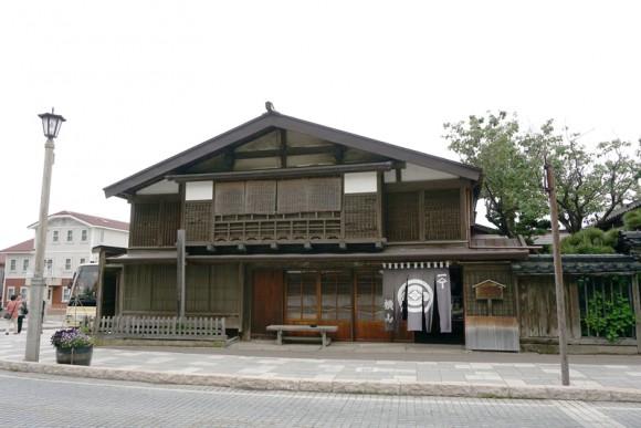 約160年前に建てられたという横山家。ニシンで栄えた時代の面影。