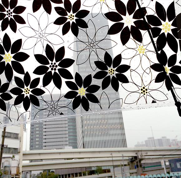 先日、急な雨で傘を買いました。雨空を見上げるとお花♪