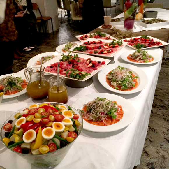 会場はHOTEL EMANONというとてもおしゃれなレストラン。サラダの綺麗さ!