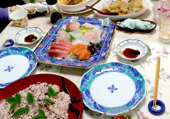 懐かしい食器が並んだ食卓。