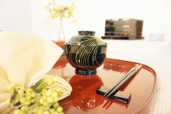 洋食器だけでなく日本の伝統・漆塗りの美しさも際立ってます。