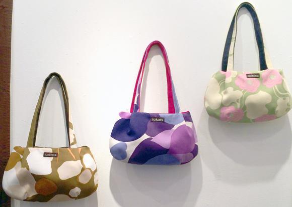 定番のバッグは北欧らしいモダンな色と柄。