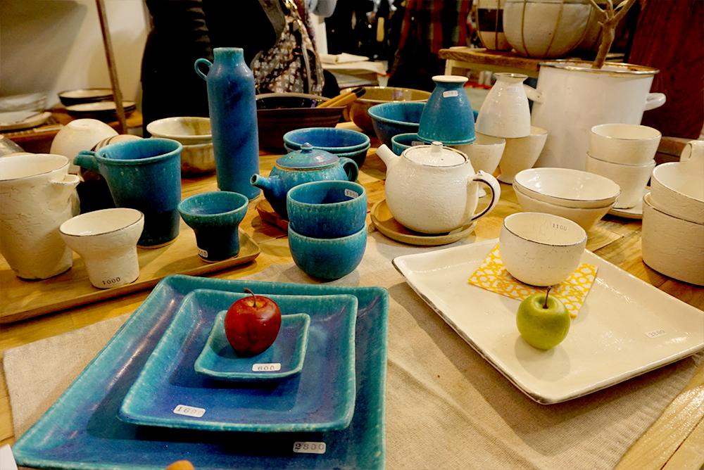 信楽焼のお店:今年はブルーが鮮やか。