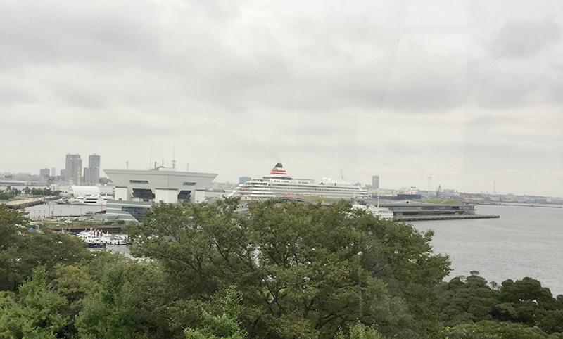 県民ホールからの景色。こちらは豪華客船飛鳥Ⅱ