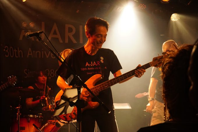 ベース太田守さん。弾き方って変わらないんですね