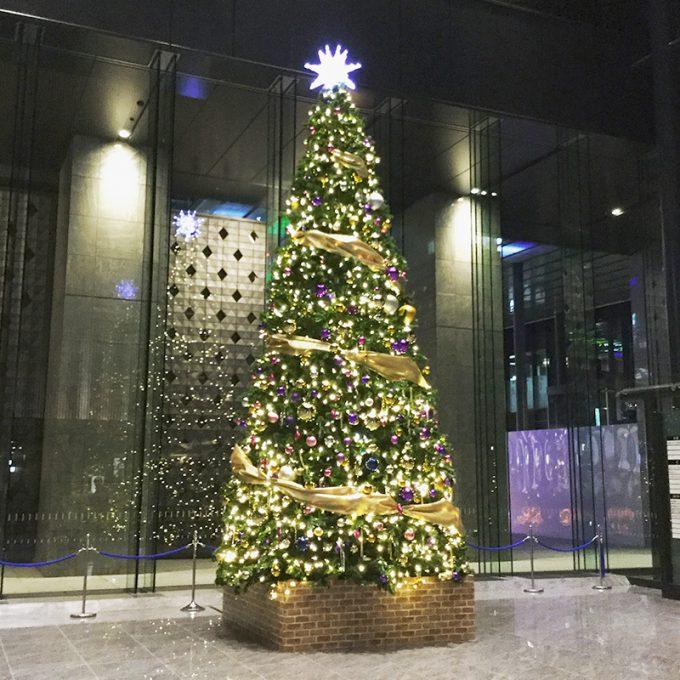 会場になったビルのエントランスに飾られていた大きなクリスマスツリー