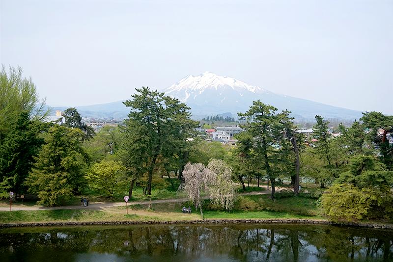 弘前公園から見る岩木山
