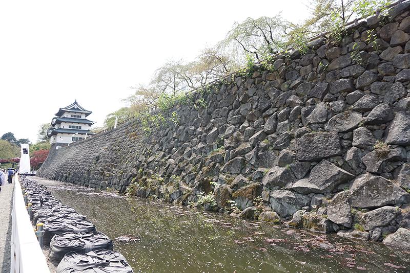 弘前城石垣の「膨らみ」